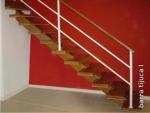 escada com pranchão de madeira ótimo para ambientes com piso laminado