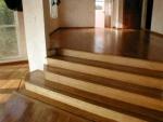 sala com piso laminado com brilho e escada e sala superior com madeira e resina Bona