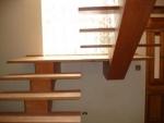 escada de madeira revestida com piso laminado
