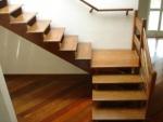 piso laminado com escada de madeira