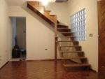 piso laminado studio com escada de madeira